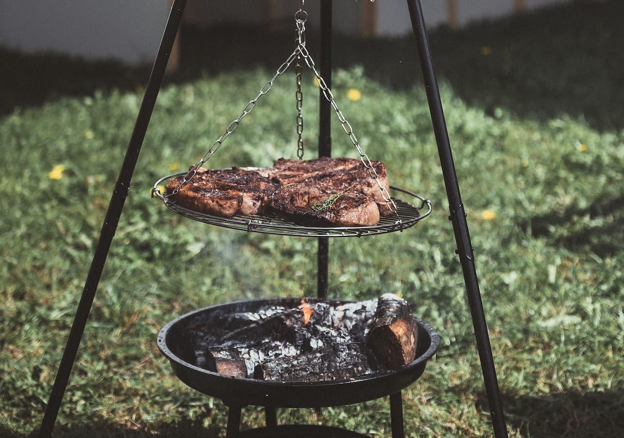 Steaks auf Schwenkgrill